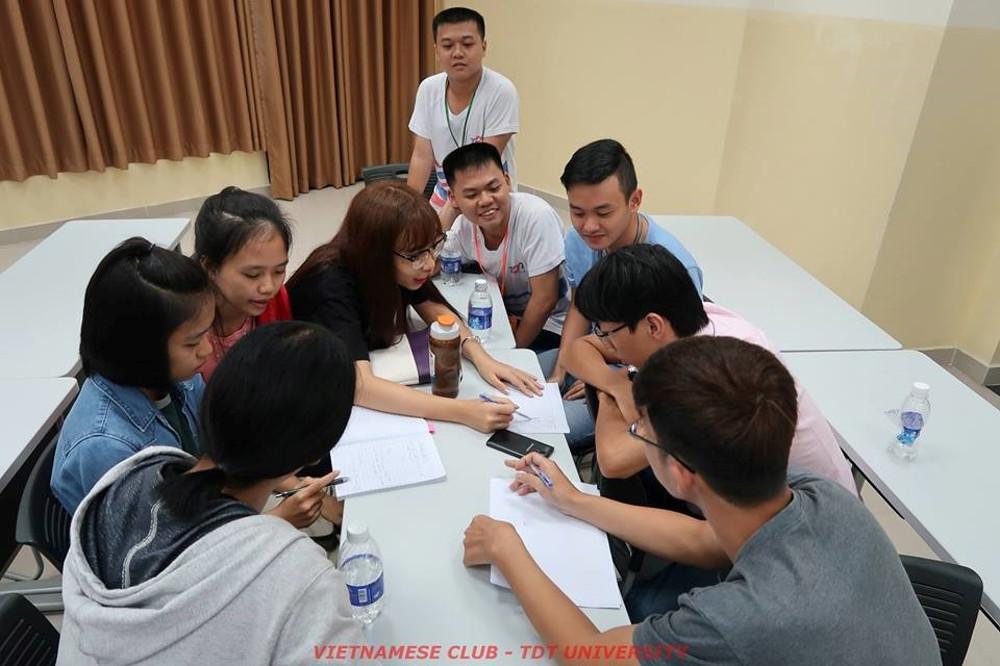 Nhóm 1 gồm các bạn sinh viên Việt, Nhật, Thái, Lào đang thảo luận