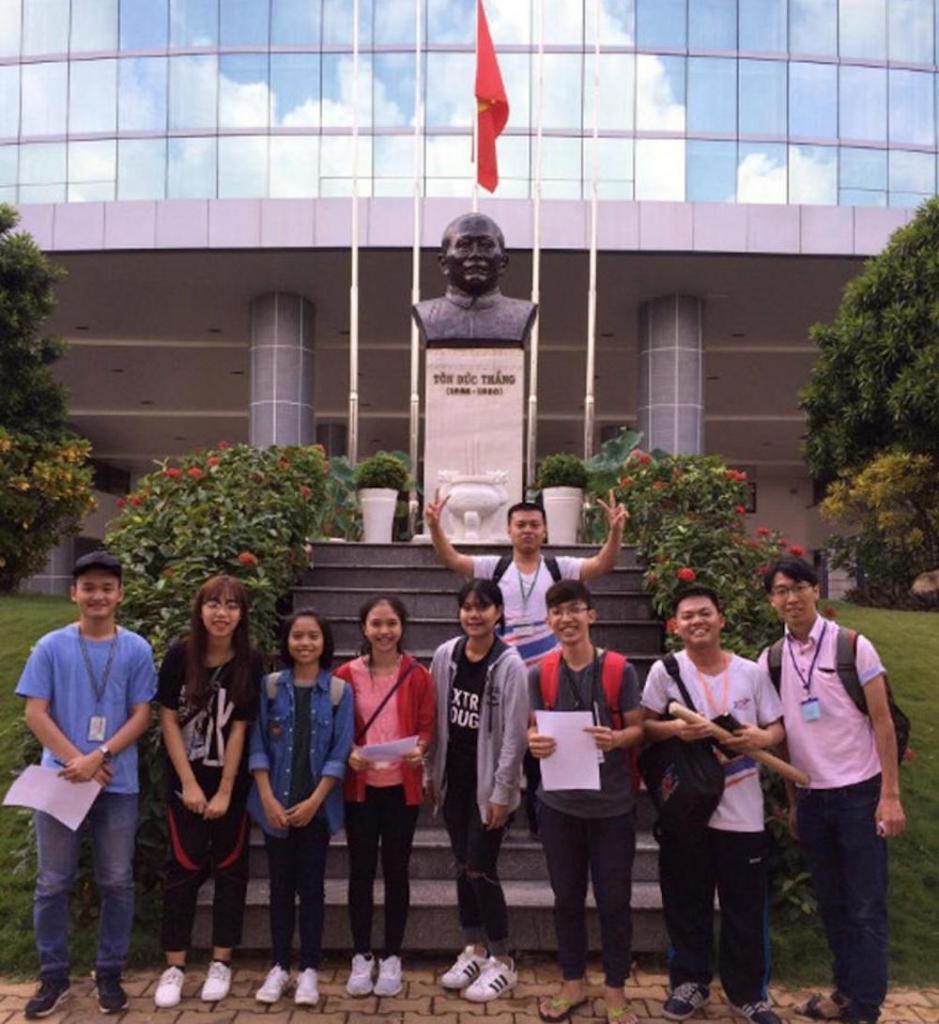 """Công việc của bạn: """"Trước tượng đồng Tôn Đức Thắng, hãy nhờ sinh viên Việt Nam chụp hình giúp bạn!"""""""